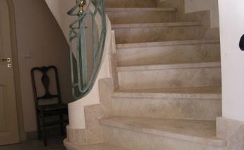 Escalier intérieur ptit hôtel particulier en pierre de Gascogne avec garde corps