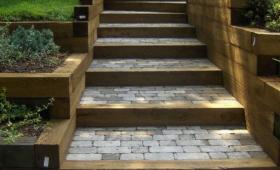 Escalier extérieur pierres bordures bois - Anglet -