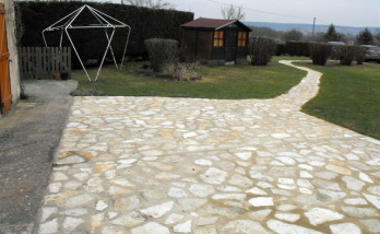 Allée descendant terrasse en pierre de Bourgogne - Espelette - 64250 -