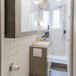 Petite salle de bain avec carrelage métro